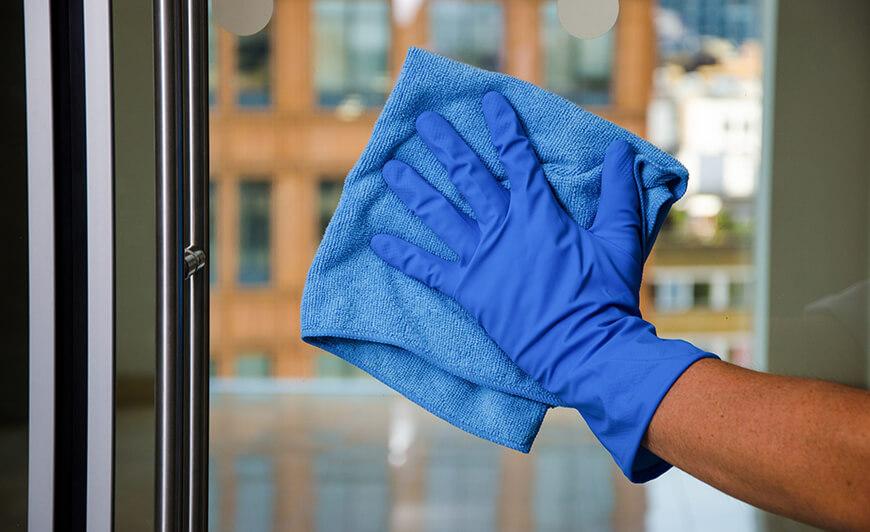 12-Pulizia-di-finestre-pulizia-di-vetri-e-specchi-scaled